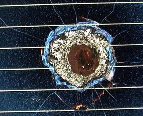 Un cratere da impatto su di un pannello solare di Hubble